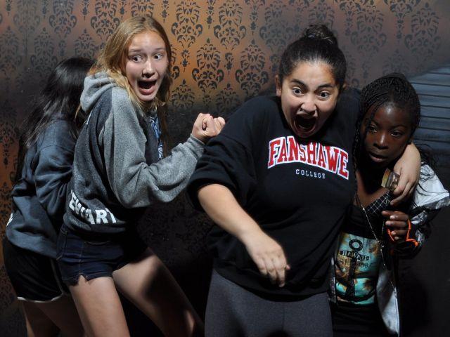 Страшно смешно: фотографии людей, побывавших в комнате страха (11 фото)