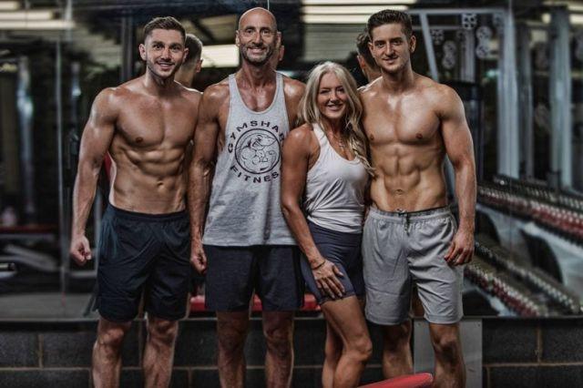 Родители с детьми решили пойти в тренажерный зал и за полгода стали семьей атлетов (7 фото)