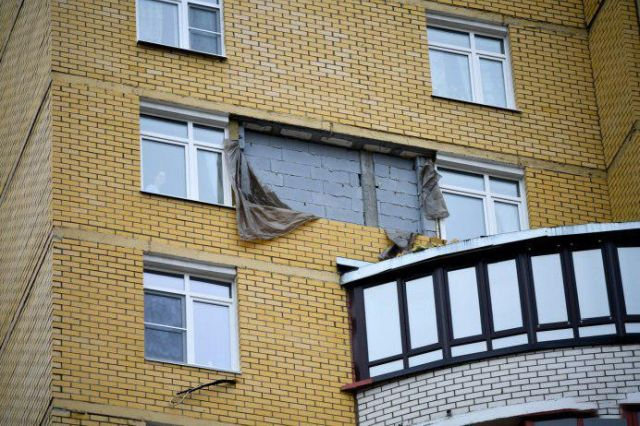 В Екатеринбурге ветер снес часть стены новостройки (6 фото + 2 видео)