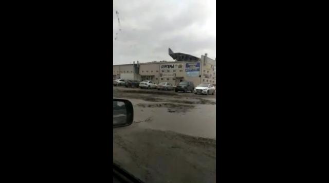 Крышеснос: кровлю ТЦ в Ленинске-Кузнецком сорвало ветром
