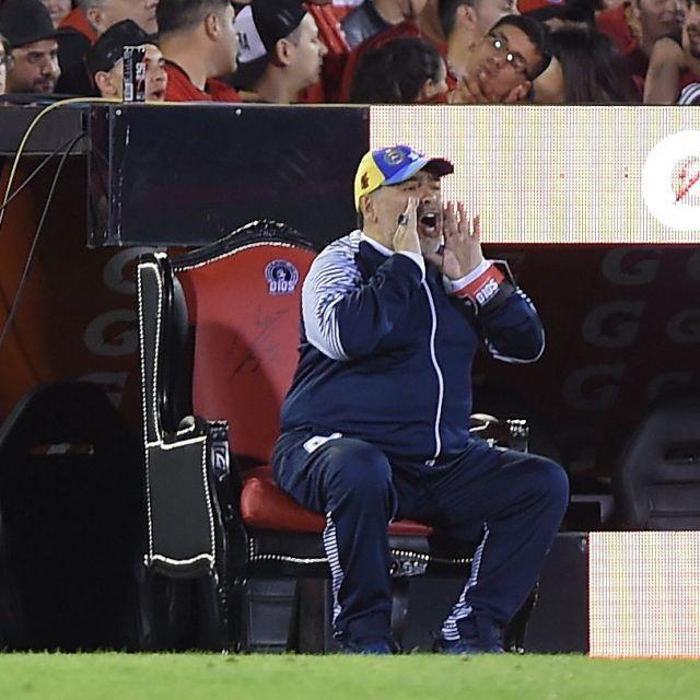 """Диего Марадона показал, кто на стадионе """"король"""", но в итоге всех рассмешил (2 фото)"""