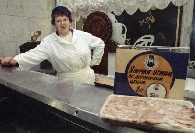 Жизнь в лихие 90-е: первые магазины, пустые прилавки и жалобные взгляды россиян (23 фото)