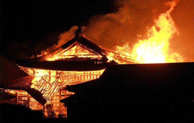 В Японии сгорел замок  XIV века, который входил в список всемирного наследия ЮНЕСКО (5 фото)