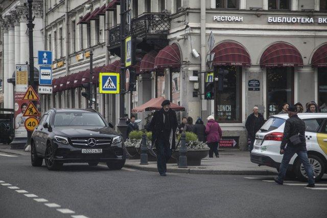 Аптекарь и сын-депутат оправдали неправильную парковку Михаила Боярского (3 фото)