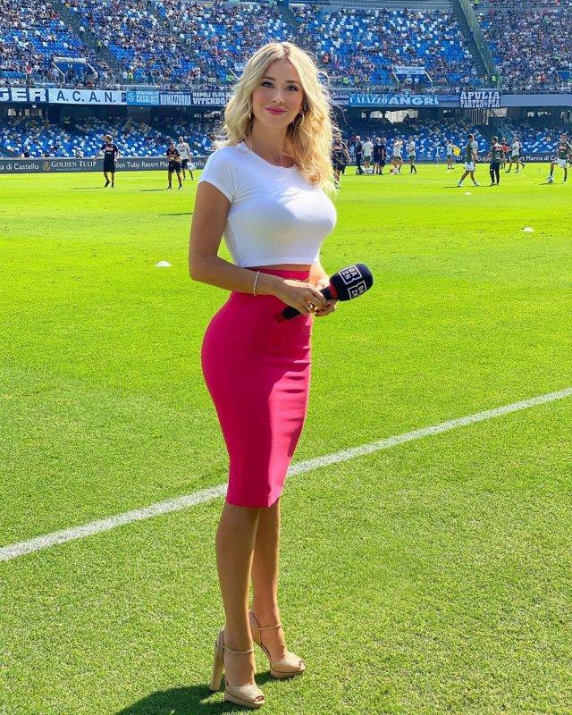 Итальянская журналистка Дилетта Леотта покорила футбольных болельщиков (18 фото + видео)