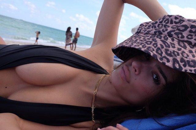 Эмили Ратаковски снялась в новом купальнике, который сложно заметить (11 фото)