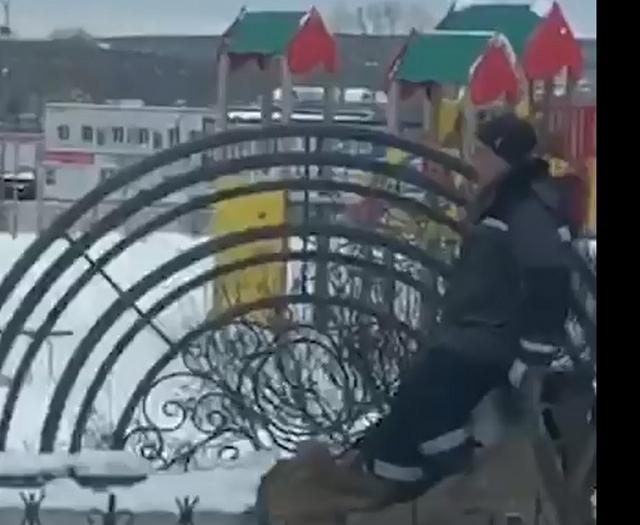 Дворник решил, что лопата ему не нужна, если есть ноги