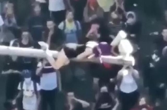 В Чили девушка забралась на столб, чтобы отключить камеру и эффектно спустилась с него