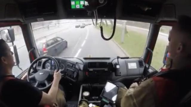 Как пожарные в Нидерландах ездят между автомобилями в случае ЧС