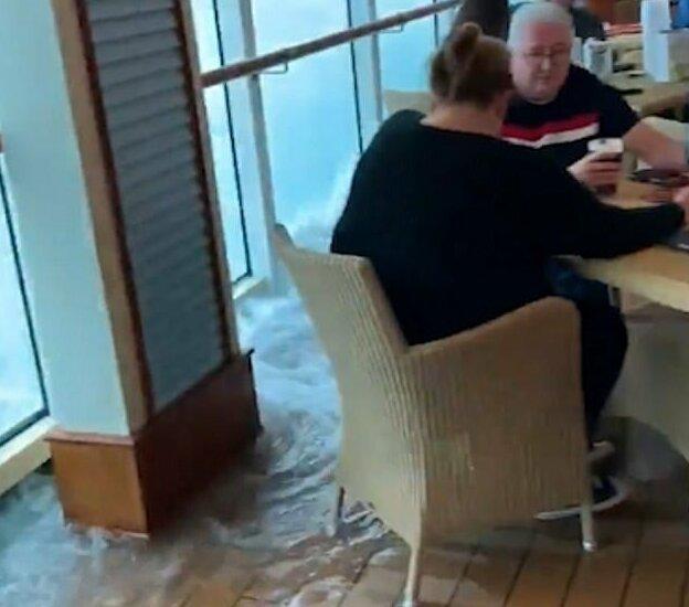 Как ведут себя британские пассажиры в шторм? (5 фото + видео)