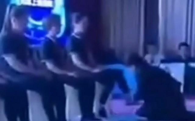 Зачем китайский начальник встал на колени перед подчиненным?