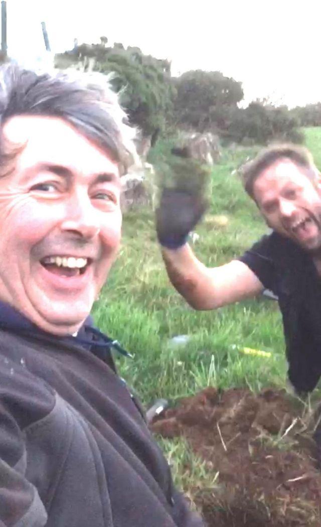 Два ирландца искали потерявшееся кольцо и случайно нашли монеты 1500-х годов (4 фото)