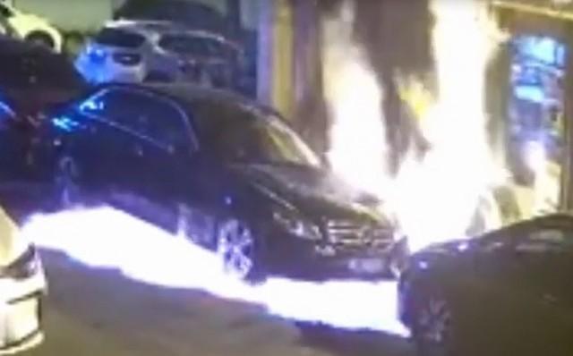 Мужчина просто хотел убить таракана, но что-то пошло не так (видео + 2 фото)