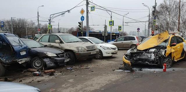 В Москве таксист влетел в 5 машин на парковке