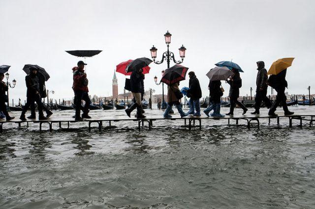 Венеция уходит под воду: затоплено более 80% города (16 фото + 5 видео)