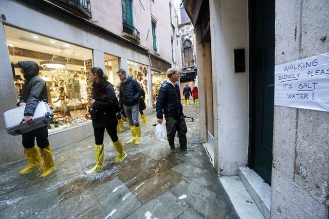 Velence víz alá kerül: a város több mint 80% -át elárasztják (16 fénykép + 5 videó)