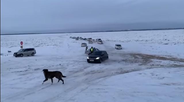 В Якутске водитель сбил полицейского на стихийной переправе