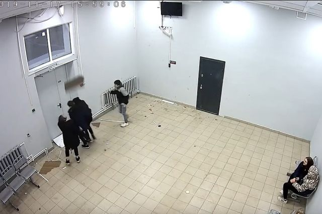 Трудный возраст: подростки разгромили зал ожидания на станции Лесок