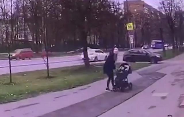 В Москве невнимательный водитель наехал на девушку с коляской