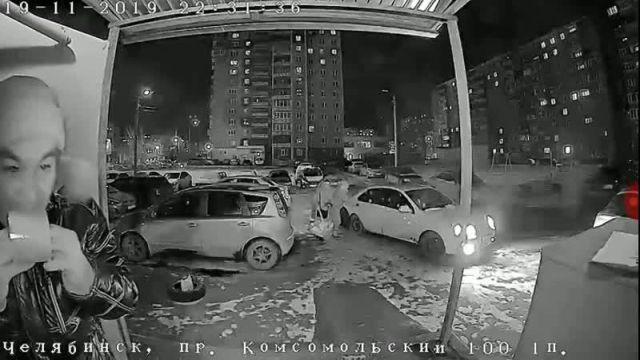 В Челябинске произошла битва человека с домофоном