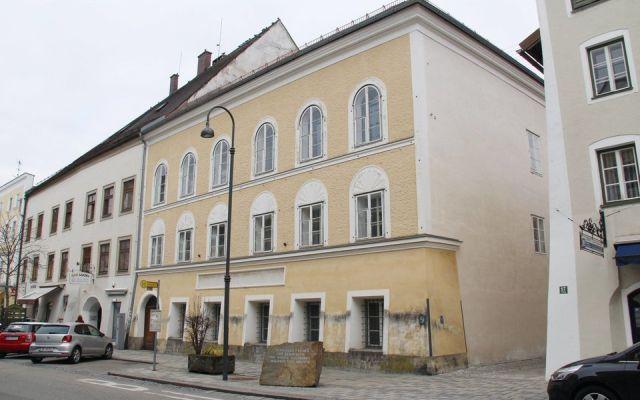 В доме Адольфа Гитлера в Австрии будут работать полицейские (2 фото)
