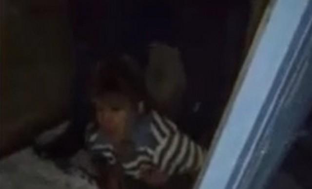 Девушка уронила телефон в туалет и застряла, пытаясь достать его