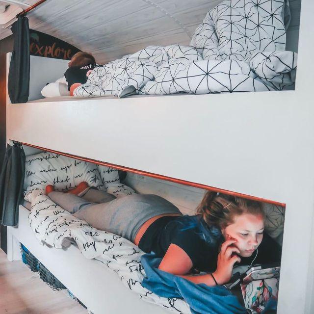Семья из США переделала школьный автобус в дом мечты (17 фото)
