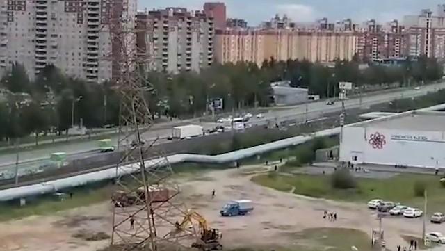 В Петербурге снесли высоковольтную вышку
