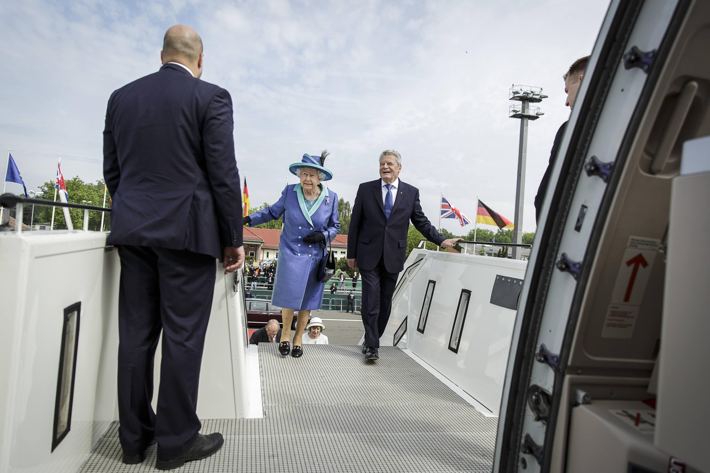 Правила путешествия членов королевской семьи (7 фото)