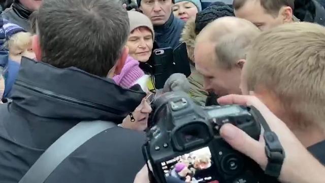 Владимир Путин не смог пройти мимо рыдающей пенсионерки