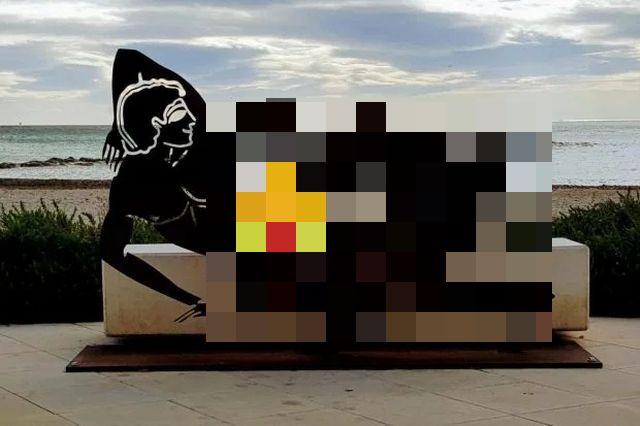 Туристы возмутились провокационными скульптурами на одном из пляжей в Испании (4 фото)
