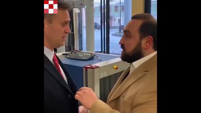 В Мосгордуме Султан Хамзаев решил пообщаться с Алексеем Навальным, но тот убежал