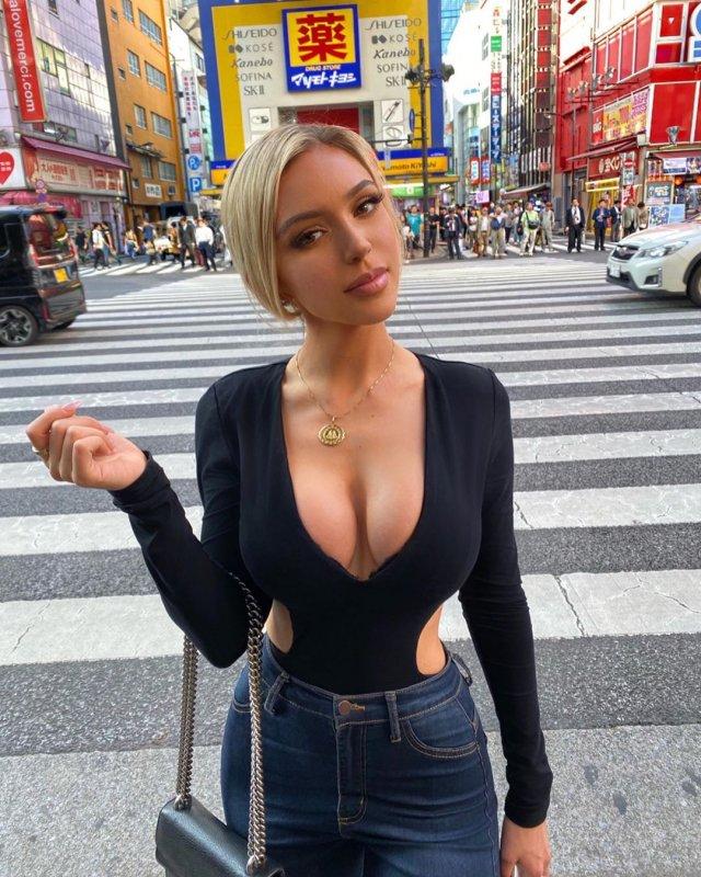 Instagram-модель опубликовала фото в сексуальном бикини, но подписчиков взволновал только ее диван (15 фото)