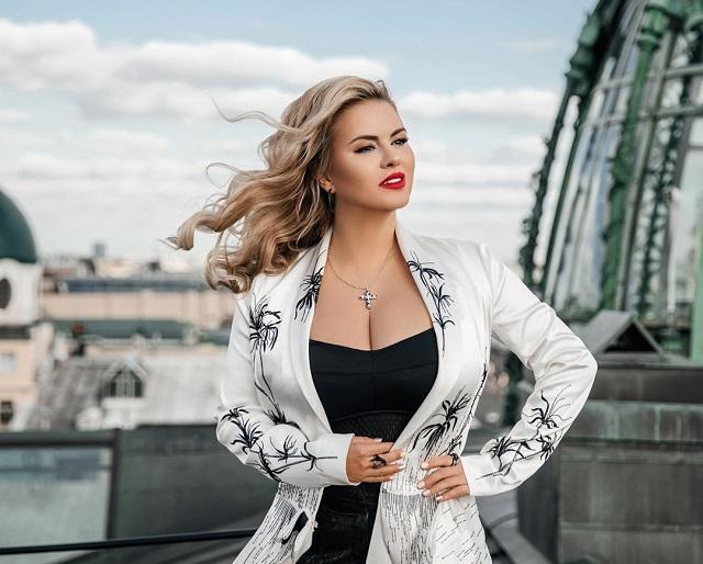 Анна Семенович рассказала, почему у нее такая большая грудь (2 фото)