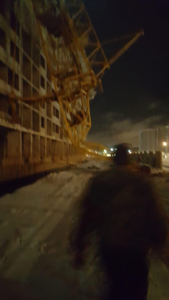 Последствия падения башенного крана в Петербурге попали на видео