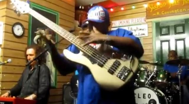 Музыкальная пауза: настоящий мастер бас-гитары