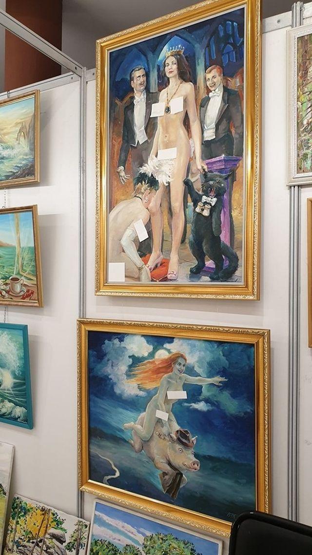 В Екатеринбурге на выставке картины с нагими девушками заклеили стикерами (6 фото)