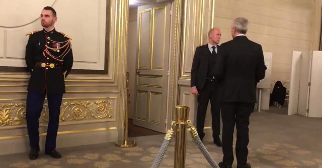 Владимир Путин ходит в туалет в компании 6 охранников