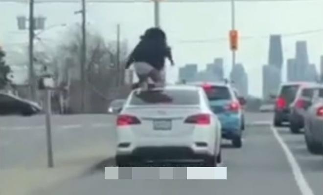 Буйная девушка пытается вытащить своего парня из машины