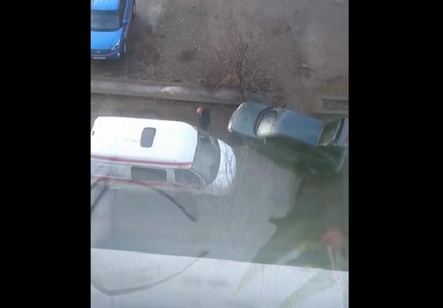 В Иваново мужчина с кулаками набросился на машину скорой помощи
