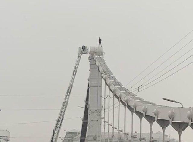"""В Москве депутат """"поторапливал"""" мужчину, который забрался на опору Крымского моста (3 фото + 2 видео)"""