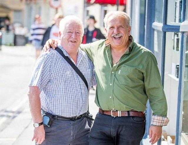 Британец в течение 40 лет ходил к одному и тому же парикмахеру, фотографируя каждый свой визит (8 фото)