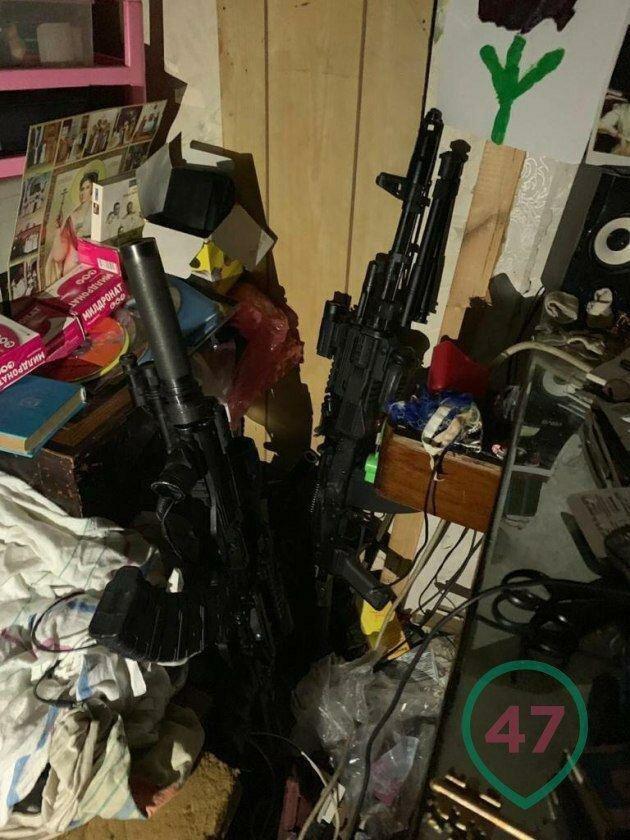 В Ленобласти задержали отца большой семьи, который сделал из дома склад оружия (3 фото + 2 видео)