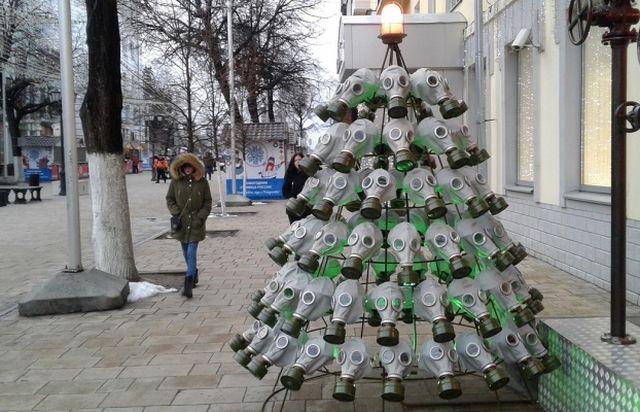Рязанский бар решил поставить у входа креативную ёлку, но она не понравилась властям