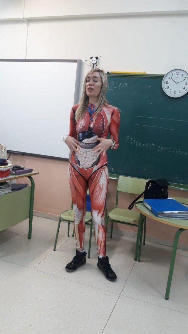 Учительница, которая по-настоящему любит свой предмет (3 фото)