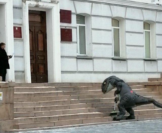 Курганский динозавр пришел подмести крыльцо у здания облправительства и озадачил полицейских (5 фото)