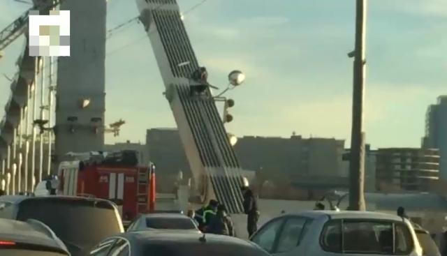 В Москве мужчина забрался на Крымский мост