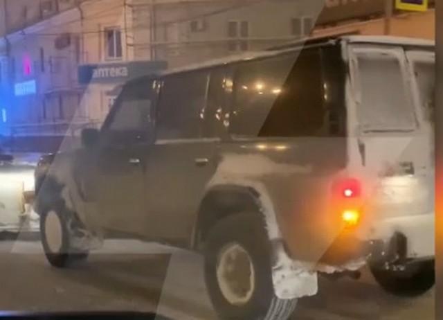 В суровом Челябинске люди сами чистят дороги от снега