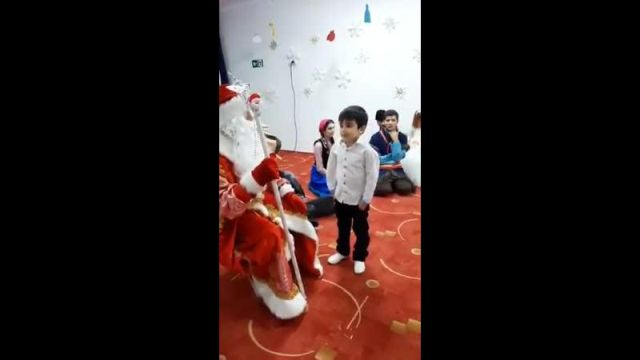 Мальчик мусульманин расстроил Дедушку Мороза