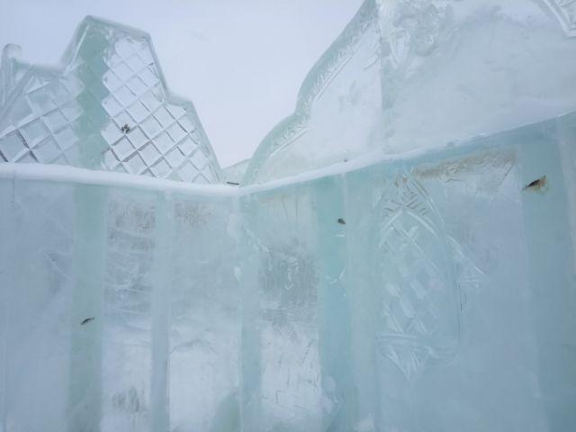 В Тюмени построили ледовый городок и не заметили одной маленькой детали (2 фото)